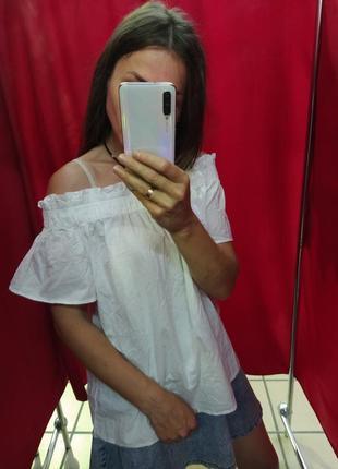 Белоснежная блуза с опущенными плечами