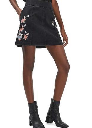 Черная мини юбка с вышивкой высокая посадка topshop moto