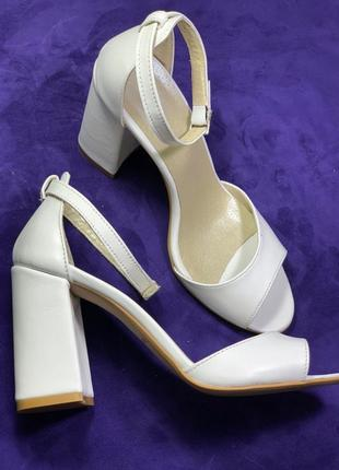 Новые кожаные туфли на каблуке ручной работы (24.5см)