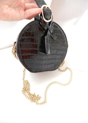 Круглая мини сумочка на золой цепочке фактурная эко кожа лак под крокодила