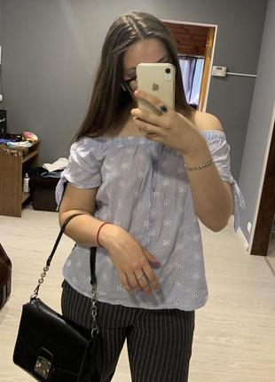 Милая легкая блузочка со спущенными плечами