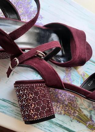 Босоножки замшевые на толстом удобном каблуке устойчивом