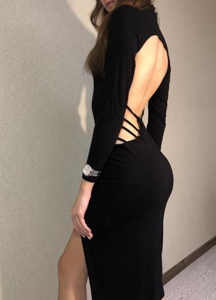 Вечернее платье с открытой спиной и разрезом на ножке