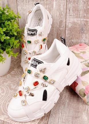 Белые массивные кроссовки с ремешками стразами камнями
