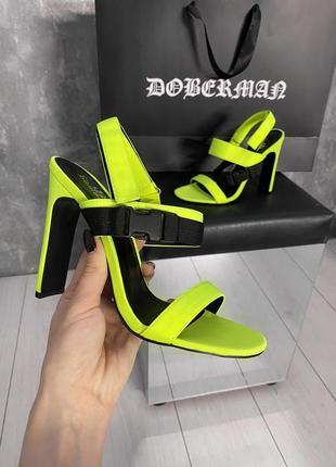 Босоножки на каблуке яркие неоновые