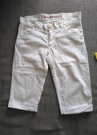 Удлиненные шорты закрывают колено