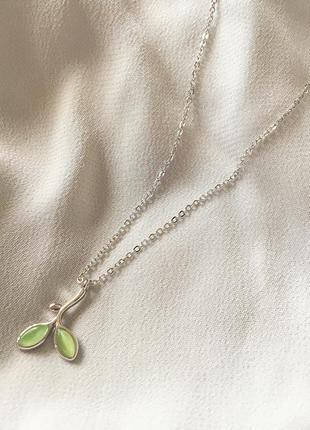 Серебряная цепочка с подвеской зеленая веточка