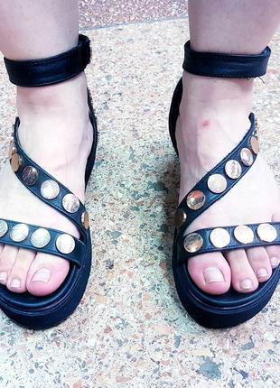 Женские кожаные босоножки сандалии с золотыми заклепками il laccio
