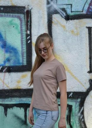 Женская базовая футболка sneakers kross бежевого цвета