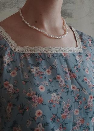 Голубое платье в цветочек с кружевом на вырезе и воланами с пояском