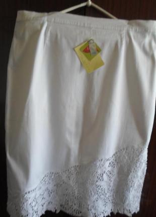 Белая юбка фирменная,56р-р,внизу расшита крученым кружевом.