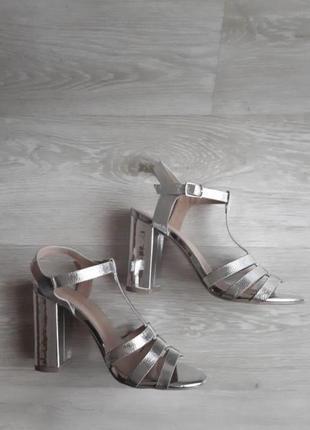 Красивые серебряные босоножки new look