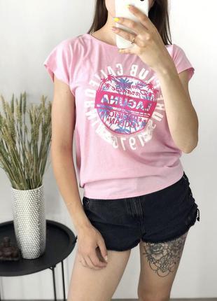 Розовая футболка с принтом и открытой спинкой