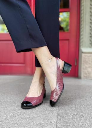 Перламутровые босоножки с перфорацией и закрытым носком