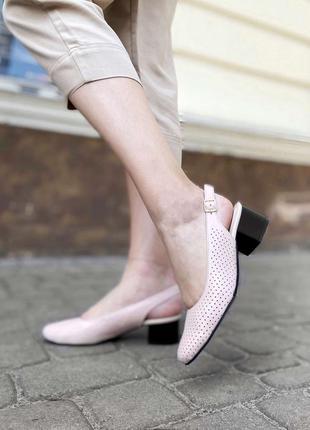 Закрытые босоножки на невысоком каблуке с перфорацией