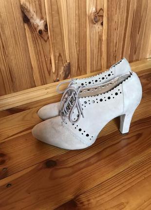 Замшевые  туфли ботиночки ботильоны перфорированные бежевые нюдовые пудровые clarks