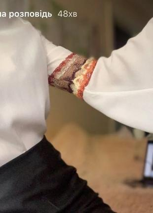 Блуза з широким рукавом та вишивкою