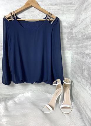 Синяя шифоновая блуза с камушками на плечах