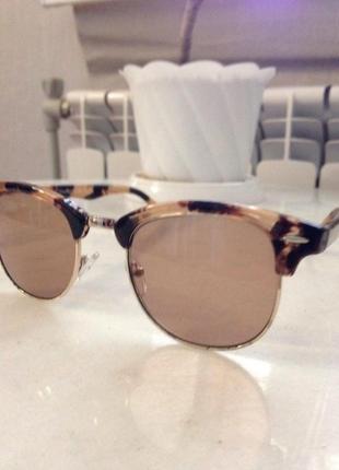 Модные солнцезащитные очки в роговой оправе