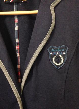 Стильный пиджак bershka из текстиля с контрастной окантовкой