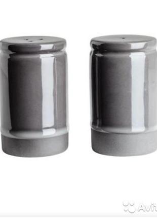 Солонка и перечница h&m home цилиндрической формы из глазурованной керамики.