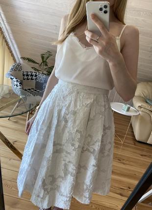 Белая пышная юбка в набитые цветы