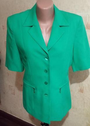 Зелёный пиджак с коротким рукавом