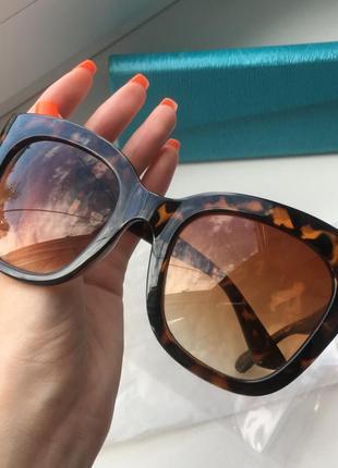 Красивые очки с украшениями на дугах бренда keddo