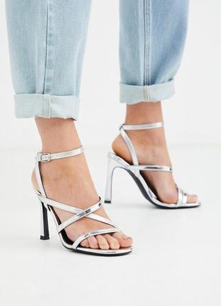 Босоножки на высоком каблуке шпильке с ремешками  серебристые