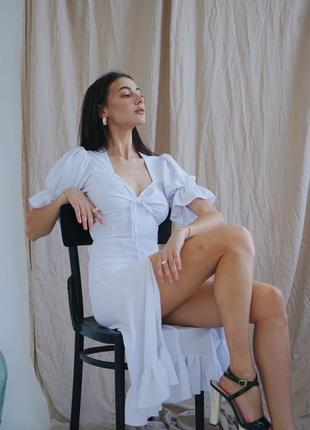 Актуальное белое платье с квадратным вырезом