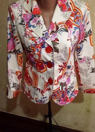 Белый пиджак с ярким цветочным принтом л