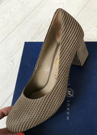 Темно бежевые туфли на среднем каблуке