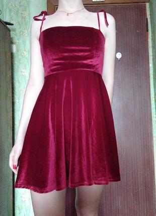 Красное велюровое платье