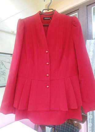 Червоний класний костюм для справжньої бізнес леді