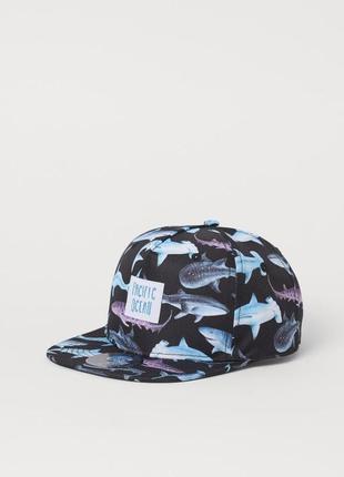 Крутая кепка с акулами