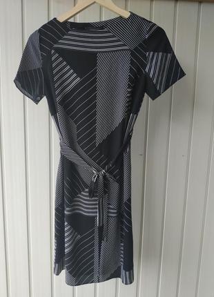 Черно-белое платье геометрия atmosphere с поясом