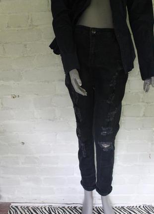 Чёрные джинсы с потертостями