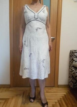 Красивое платье с вышивкой. размер 12-14