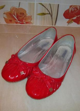 Красные туфли лакированные с бантиками без каблука на низком ходу