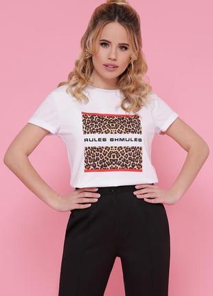 Белая футболка с леопардовым принтом