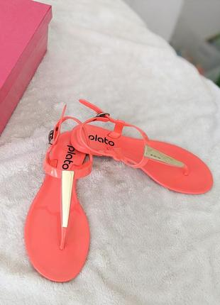 Яркие неоновые летние босоножки сандалии с золотой пластиной