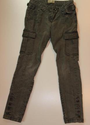 Завужені джинси карго з кишенями на бедрах