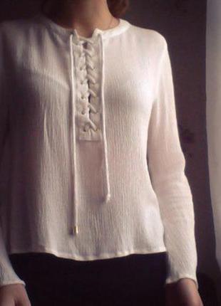 Блуза на шнуровке с актуальными рукавами