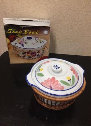 Блюдо кастрюля с крышкой в плетеной корзине