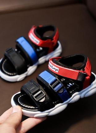 Стильные яркие сандалии