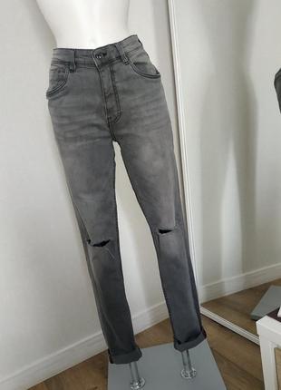 Серые джинсы рваные скинни бренд