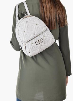 В наличии серо-белый рюкзак guess