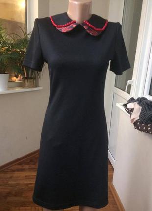Меленькое черное платье с бусами, очень стильное (одето 2 раза)
