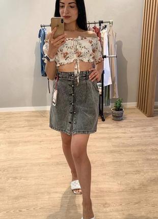 Стильная актуальная джинсовая юбка с пуговицами