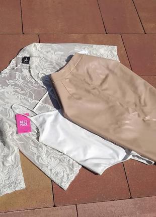 Аутфит в бежевом цвете юбка экокожа боди в рубчик